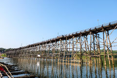 Il ponte di legno attraverso il fiume Fotografie Stock Libere da Diritti