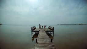 Il ponte di legno nel mare della visita dei turisti immagini stock libere da diritti