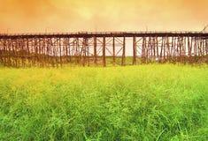 Il ponte di legno più lungo in Tailandia Immagini Stock