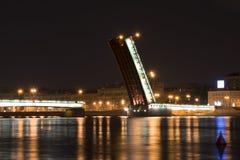 Il ponte di Liteyny alla notte in San Pietroburgo Immagini Stock