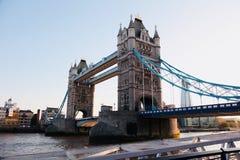 Il ponte di Londra, misurante il Tamigi fra la città di Londra e Southwark fotografia stock libera da diritti