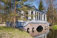 Il ponte di marmo in Catherine Park in Tsarskoye Selo Fotografie Stock Libere da Diritti