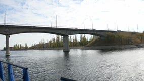 Il ponte di nave naviga sotto il ponte sul mare andante dell'automobile di traffico del ponte video d archivio