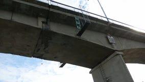 Il ponte di nave naviga sotto il ponte sul mare andante di traffico di automobile del ponte archivi video