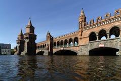 Il ponte di Oberbaum fra Kreuzberg un Friedrichshain a Berlino, Germania Fotografia Stock Libera da Diritti