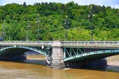 Il ponte di Svatopluk ?ech, vista da Città Vecchia, ha unito l'acqua nel giugno 2013 a Praga, Moldau, la Moldava, repubblica Ceca Fotografia Stock