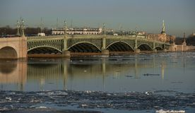 Il ponte di Troitsky attraverso il Neva fotografie stock