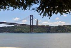 Il ponte e il Cristo Rei al Tago contano immagini stock