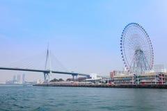 Il ponte e i ferris spingono dentro Osaka fotografia stock