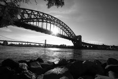 Il ponte e le rocce del portone dell'inferno ed il sole riflette sullo stile del fiume in bianco e nero fotografia stock libera da diritti