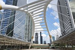 Il ponte e lo skywalk si collegano alla stazione dello skytrain di bts con alto moderno Immagine Stock