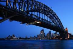Il ponte ed il teatro dell'opera del porto alla notte fotografia stock libera da diritti