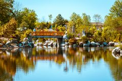 Il ponte iconico ai giardini giapponesi in Frederick Meijer Gardens un giorno di molla a Grand Rapids Michigan immagine stock