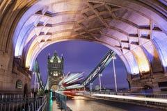 Il ponte illuminato della torre con un passaggio in autobus a due piani rosso fotografia stock