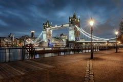 Il ponte illuminato della torre di Londra durante uguagliare tempo fotografia stock libera da diritti