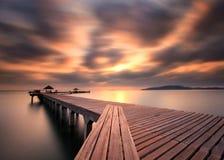 Il ponte lungo sopra il mare con una bella alba, Rayong, T immagine stock libera da diritti