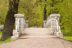 Il ponte nel parco del palazzo Fotografia Stock