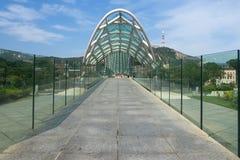 Il ponte nella città europea georgiana di Tbitblisi la Georgia Europa Orientale fuori del recinto all'aperto del passaggio pedona Immagine Stock Libera da Diritti