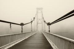 Il ponte nella nebbia, in bianco e nero Fotografia Stock