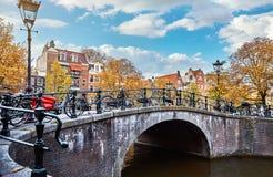 Il ponte sopra il canale a Amsterdam Paesi Bassi alloggia il fiume Amstel Fotografia Stock