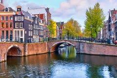 Il ponte sopra il canale a Amsterdam Paesi Bassi alloggia il fiume Amstel Immagine Stock Libera da Diritti