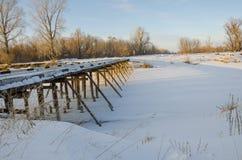 Il ponte sopra il fiume congelato fotografie stock