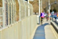 Il ponte sopra i binari ferroviari fotografia stock