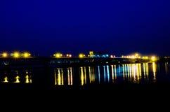 Il ponte sopra il fiume alla vista di notte Fotografia Stock