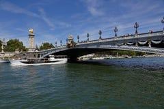 Il ponte sopra il fiume la Senna - ponte di Alexandre III a Parigi, Francia - e barca di giro, il 1° agosto 2015 immagine stock libera da diritti