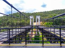 Il ponte sospeso è fatto dell'acciaio bianco immagine stock