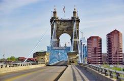 Il ponte sospeso e le costruzioni del John A Roebling Suspension Bridge storico a Cincinnati, Ohio Fotografia Stock