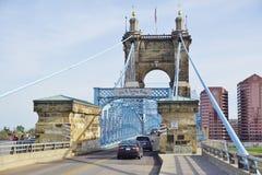Il ponte sospeso e le costruzioni del John A Roebling Suspension Bridge storico a Cincinnati, Ohio Immagini Stock Libere da Diritti