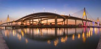 Il ponte sospeso gemellato di panorama si collega all'intersezione della strada principale Fotografia Stock