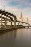 Il ponte sospeso gemellato si collega alla strada principale scambiata Fotografia Stock