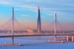 Il ponte strallato è il diametro ad alta velocità occidentale ed il grattacielo più alto nel centro di Lakhta - di Europa al tram Immagini Stock