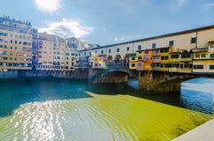 Il Ponte Vecchio a Firenze, Toscana, un giorno soleggiato Immagine Stock