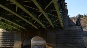 Il ponte verde sul fiume della Moldava Fotografia Stock