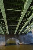 Il ponte verde sul fiume della Moldava visto da sotto Fotografia Stock