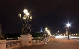 Il ponticello alla notte - Parigi del Alexander III Immagini Stock