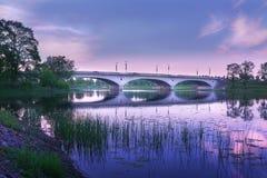 Il ponticello attraverso il fiume Fotografia Stock