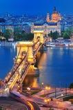 Il ponticello Chain a Budapest in sera Fotografia Stock
