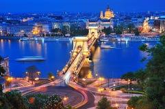 Il ponticello Chain a Budapest in sera Fotografie Stock Libere da Diritti