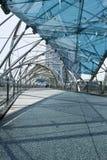 Il ponticello dell'elica collega il centro Bayfront del porticciolo Fotografia Stock