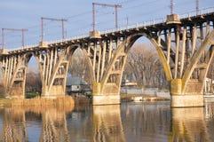 Il ponticello ferroviario attraverso il fiume Fotografia Stock Libera da Diritti