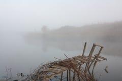 Il ponticello sul fiume nella foschia fotografie stock libere da diritti