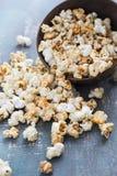 Il popcorn con sapore del caramello è sparso dalla ciotola Fotografia Stock