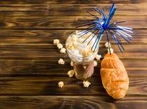 Il popcorn del caramello con cacao ha montato la crema ed i croissant Fotografia Stock