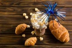 Il popcorn del caramello con cacao ha montato la crema ed i croissant Fotografie Stock Libere da Diritti