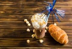 Il popcorn del caramello con cacao ha montato la crema ed i croissant Fotografia Stock Libera da Diritti