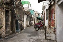Il popolo cinese che cammina in piccolo vicolo alla via di Paifang va alloggiare in vecchia città e nel centro urbano antico dell immagini stock libere da diritti
